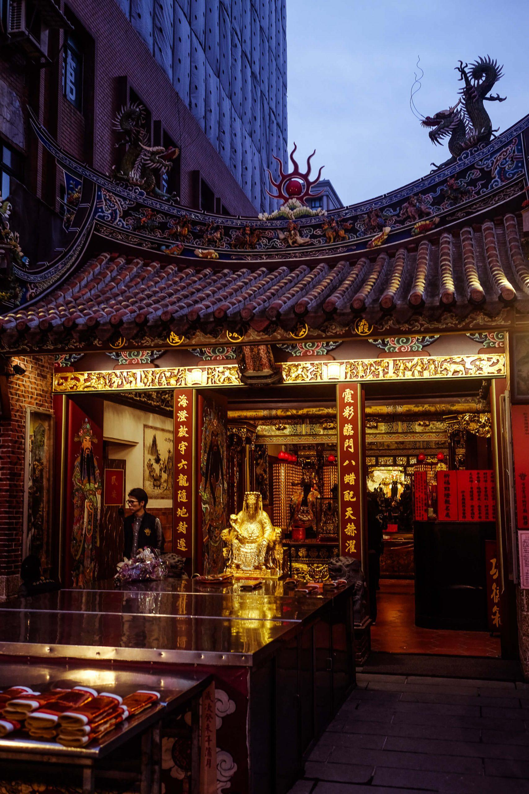 elisabetta riccio - urban vision - entrance of a sacred temple in Taipei city