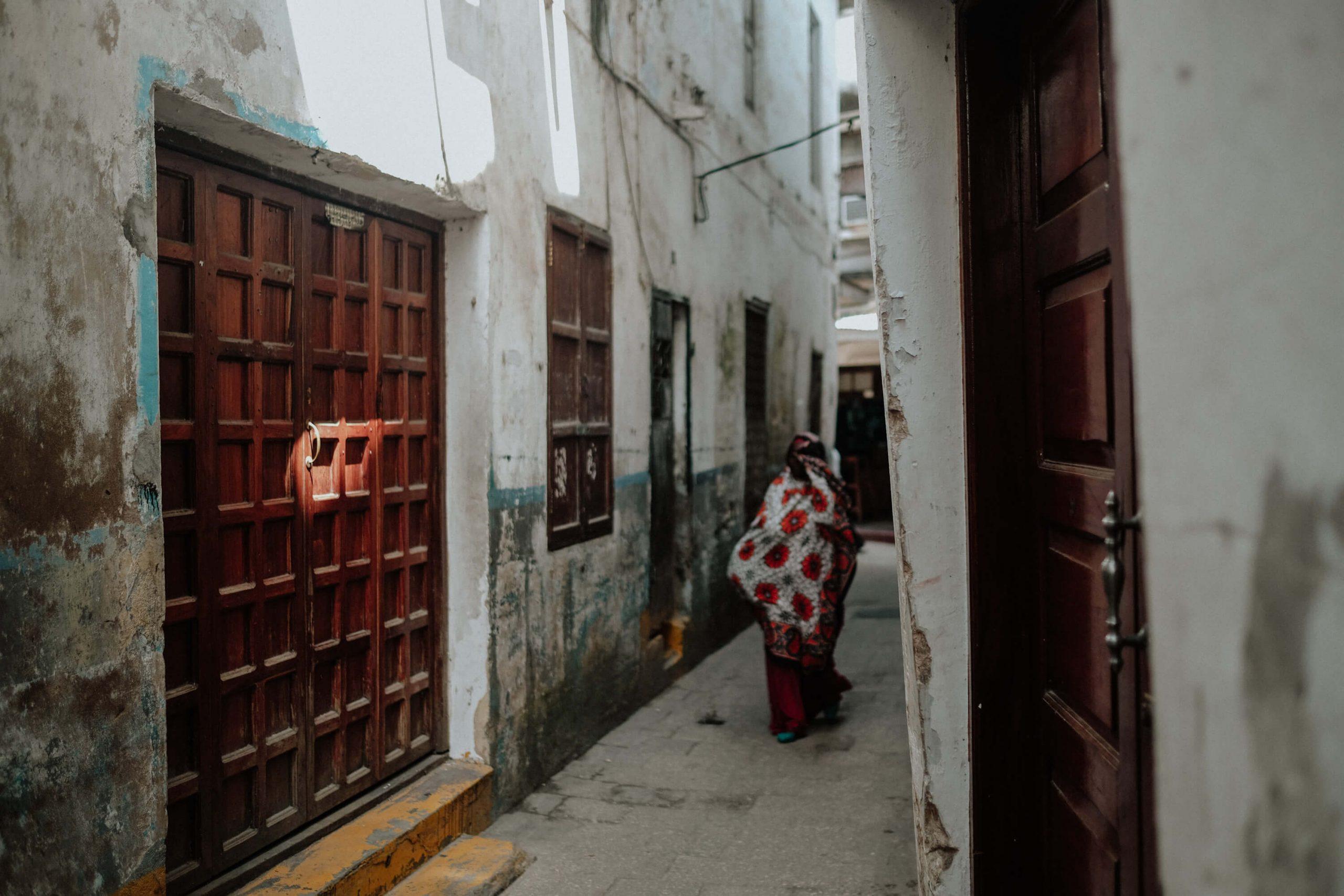 elisabetta riccio - POLE POLE - Woman walking in the old town - stone town - zanzibar